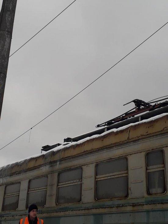 Фото 2 - На Закарпатті на електричку з пасажирами впала високовольтна лінія (ФОТО)