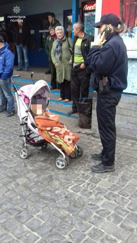 Закарпатка у Рівному залишила дитину просто неба  (ФОТО)