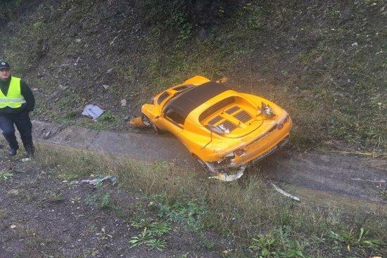 ДТП біля Нижніх Воріт: у кювет злетів спорткар